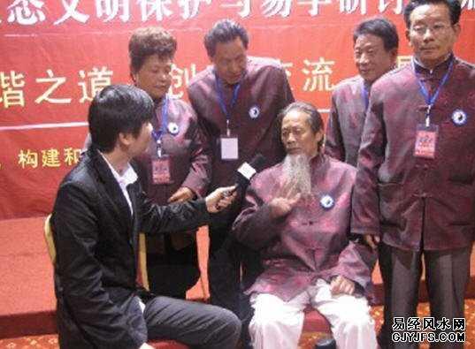 会议现场 记者采访胡自华老师